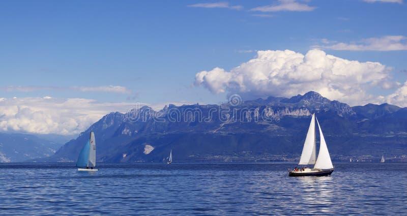 yachting no lago geneva fotos de stock