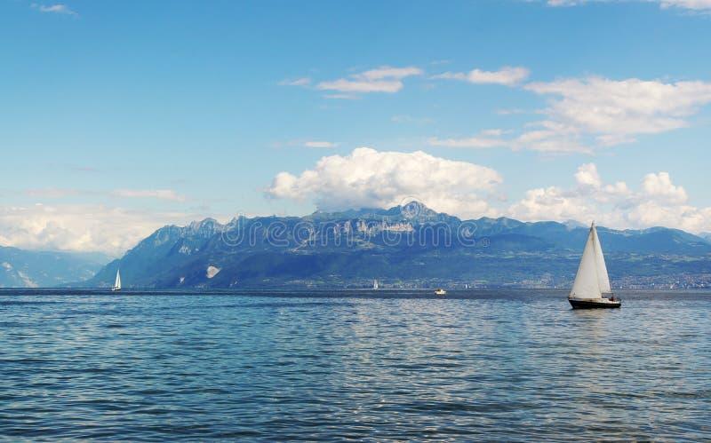Yachting no lago geneva foto de stock royalty free