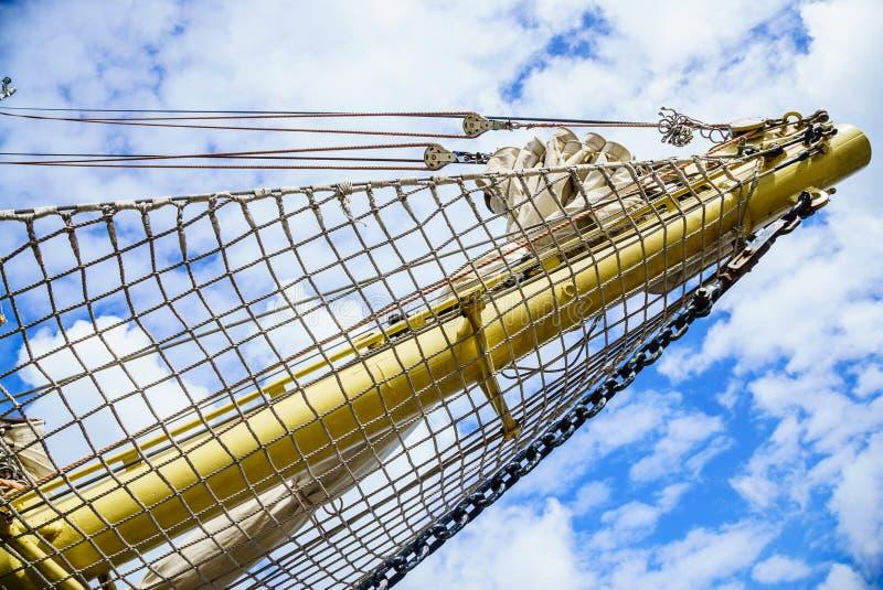 yachting Palo del velero contra el cielo azul imágenes de archivo libres de regalías