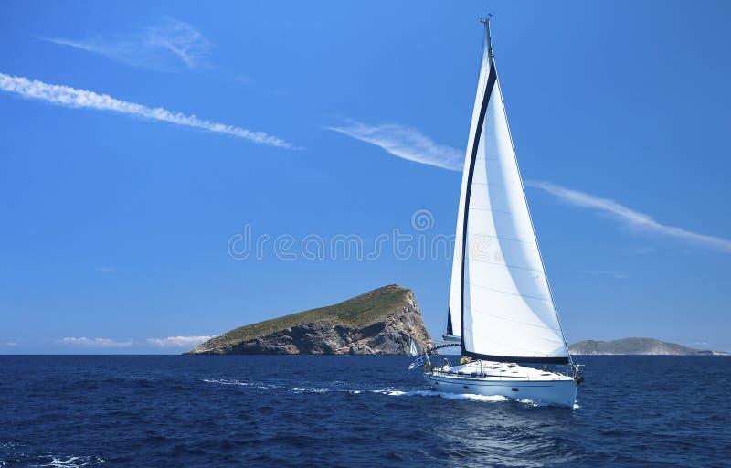 yachting Regatta da navigação Fileiras de iate luxuosos na doca do porto esporte imagem de stock royalty free