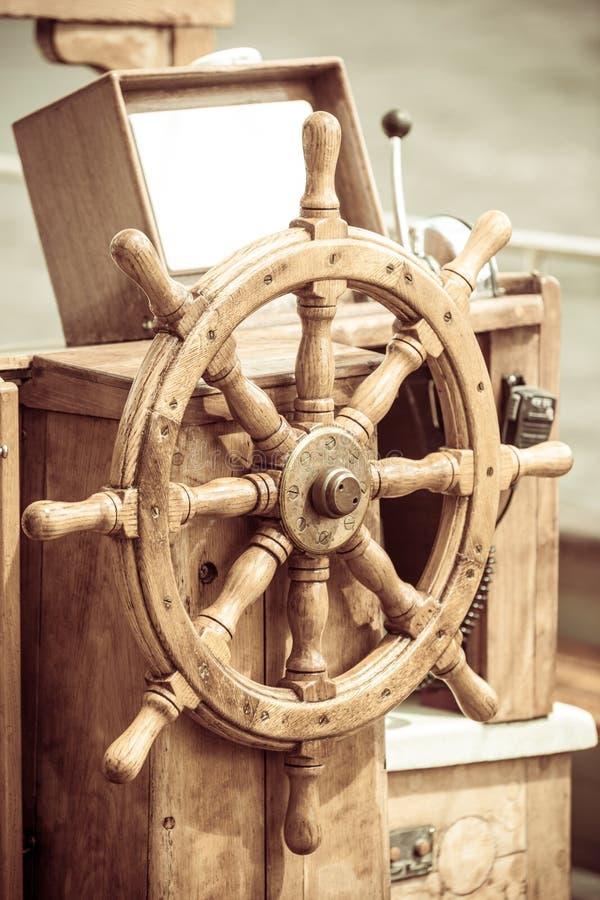 yachting Schiffshölzernes Lenkrad Segelbootdetail stockfoto