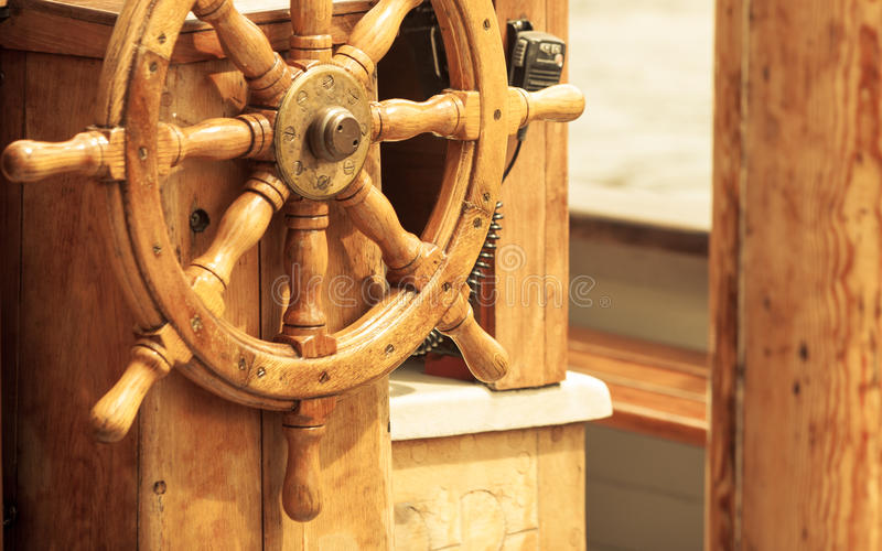 yachting Schiffshölzernes Lenkrad Segelbootdetail lizenzfreies stockfoto