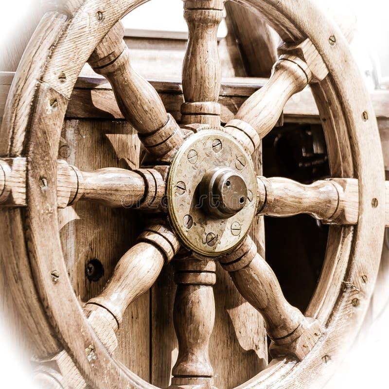 yachting Schiffshölzernes Lenkrad Segelbootdetail stockfotos