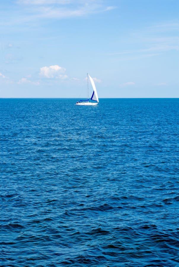 yachting Turismo Forma de vida de lujo Envíe los yates con las velas blancas en el mar abierto imagen de archivo libre de regalías