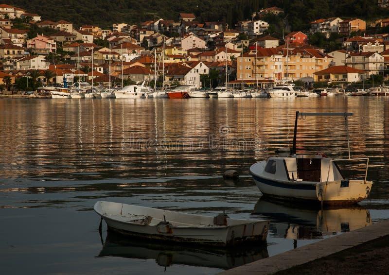 Yachtjachthafen und kleine Fischerboote stockbilder