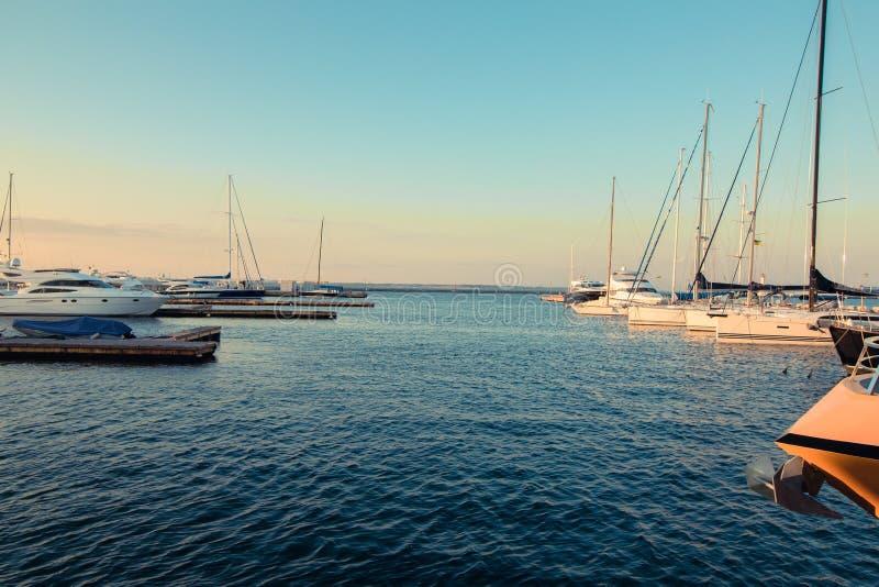 Yachtmarina i aftonen på sjösidan Romantiskt foto av hamnen i sommaren Lopp och livsstilsemesterfoto av arkivfoto