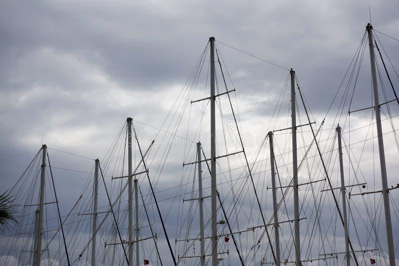 Yachtmaste und -himmel stockfoto