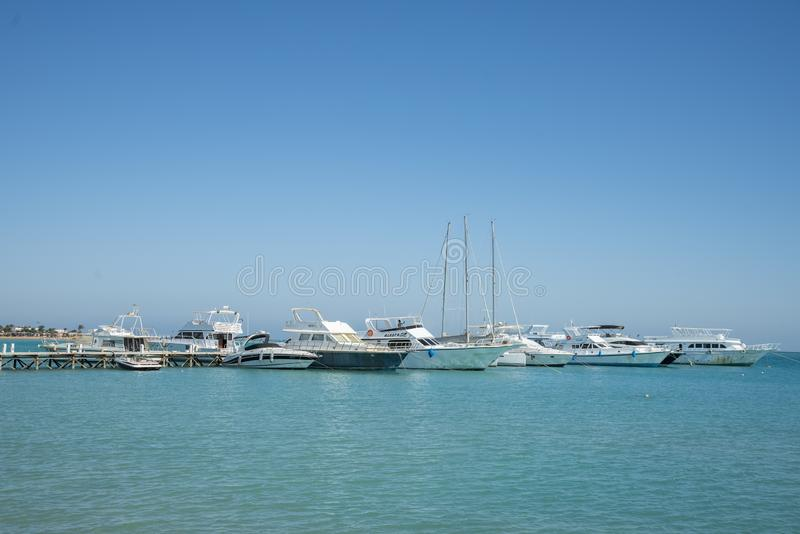 Yachtparkering nära havspir Fartyg och yachter, nära Venedig sander, Egypten arkivbilder