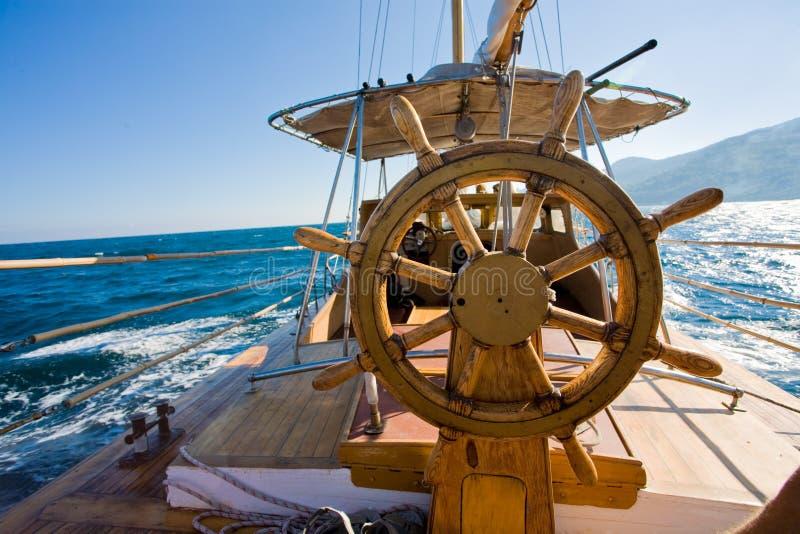 Yachtreise, Lenkrad lizenzfreie stockfotografie