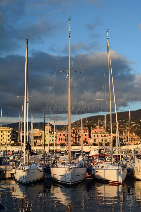 Yachts amarrés au port Lavagna l'Italie Ligurie image stock