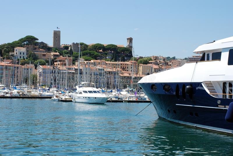 Yachts amarrés dans la marina de Cannes photo stock