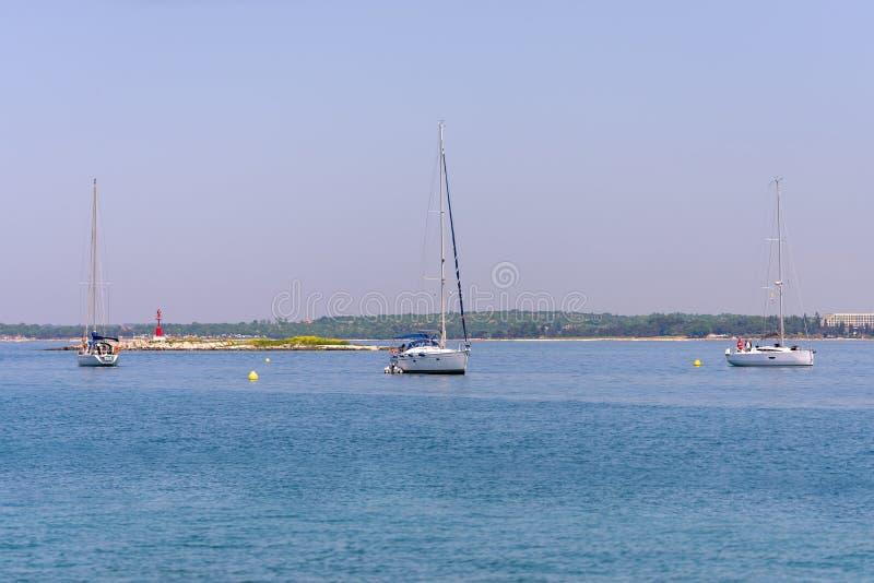 Yachts ancrés dans la baie photo libre de droits
