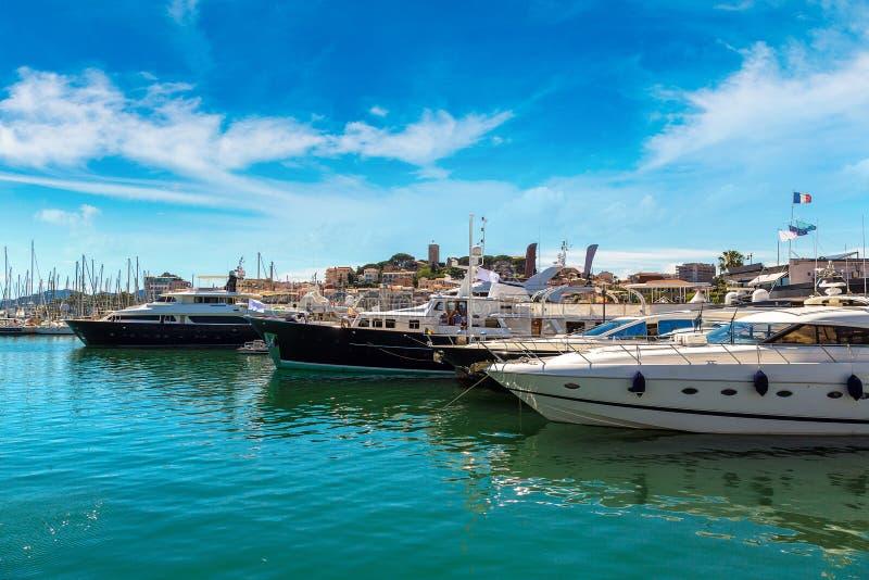 Yachts ancrés dans le port à Cannes photos stock