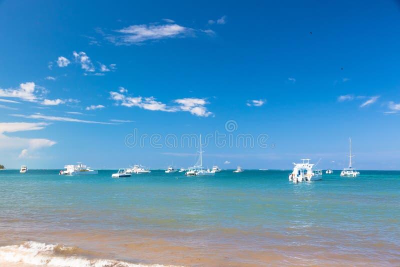Yachts au-dessus de fond de l'eau d'océan image stock