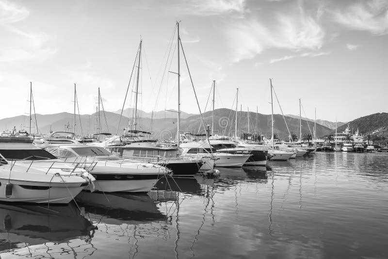 Yachts au pilier dans Tivat au lever de soleil photographie stock