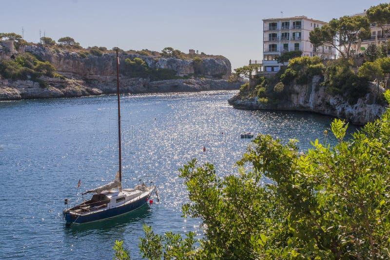 Yachts barcos - uma baía profunda cercada por penhascos altos fotografia de stock