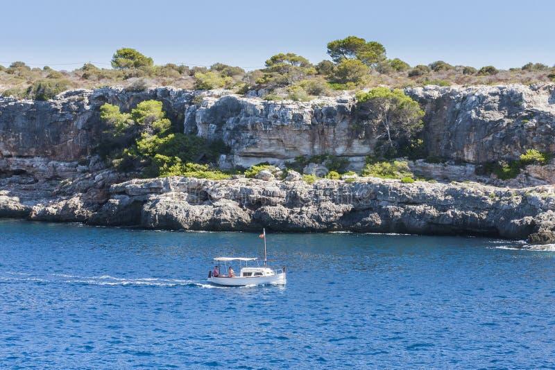 Yachts barcos - uma baía profunda cercada por penhascos altos fotografia de stock royalty free