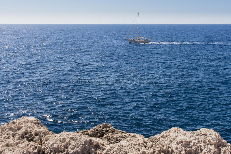 Yachts barcos - uma baía profunda cercada por penhascos altos imagens de stock royalty free