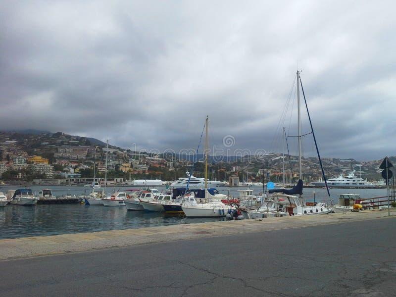 Yachts blancs contemporains dans San Remo, Italie Paysage marin et concept des loisirs d'été photographie stock libre de droits