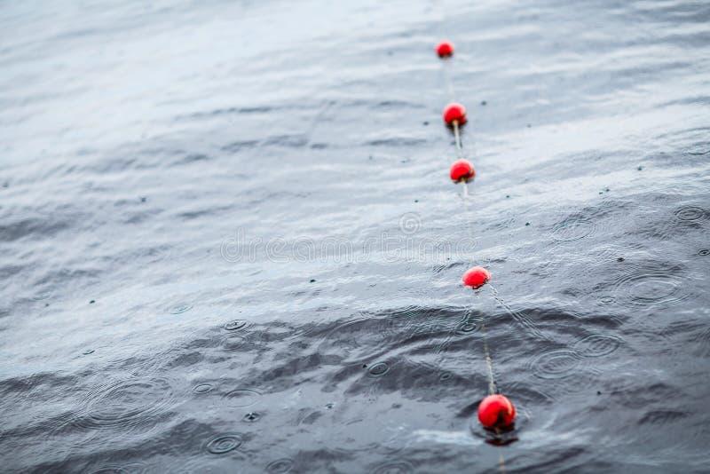 Yachts a boia vermelha das amarrações do porto europeu pequeno Chuva Lago veja foto de stock
