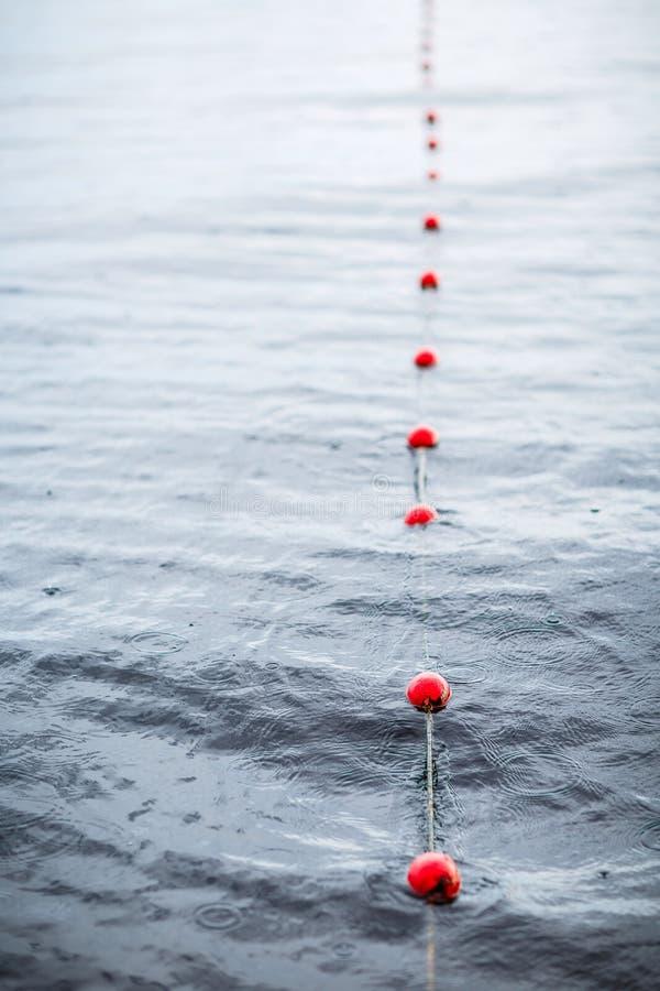 Yachts a boia vermelha das amarrações do porto europeu pequeno Chuva Lago veja fotografia de stock