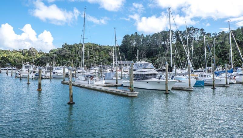 Yachts, bots de voile et lancements de moteur à la marina de Tutukaka dans le nord image libre de droits