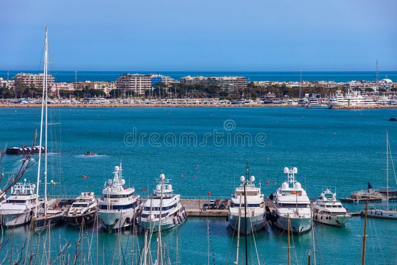 Yachts dans l'horizon de ville de la Côte d'Azur et de Cannes image libre de droits