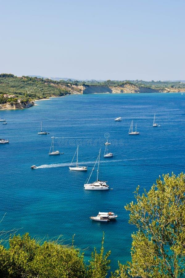 Yachts dans la lagune bleue photo stock