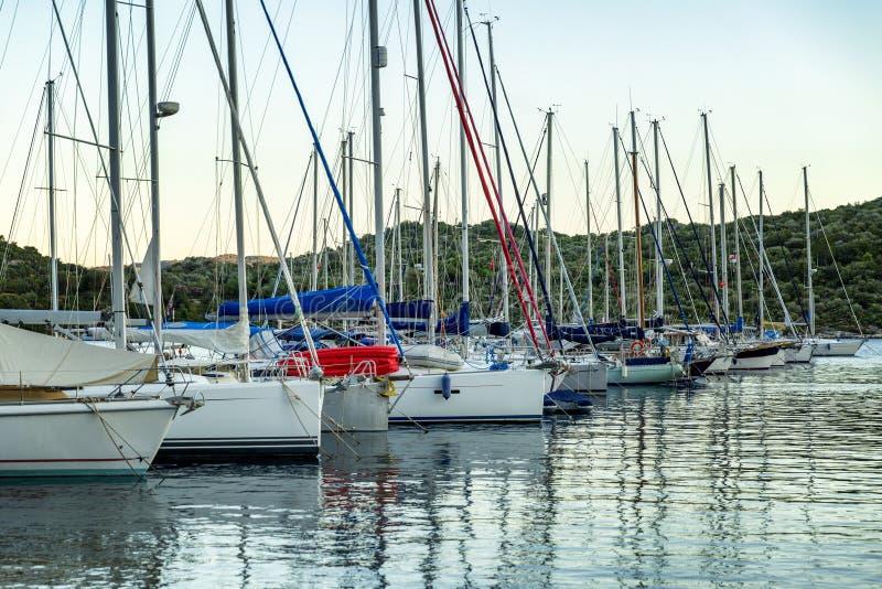 Yachts dans la marina au coucher du soleil le soir photos libres de droits