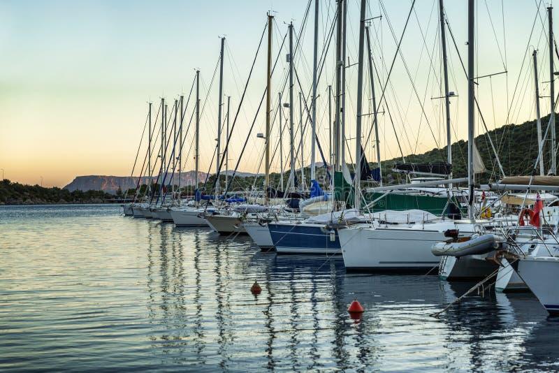 Yachts dans la marina au coucher du soleil le soir photo libre de droits