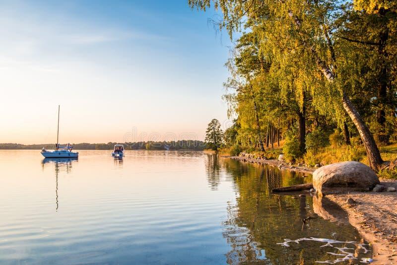 Yachts dans le lac images libres de droits