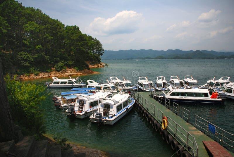 Yachts dans le lac Qiandao images libres de droits