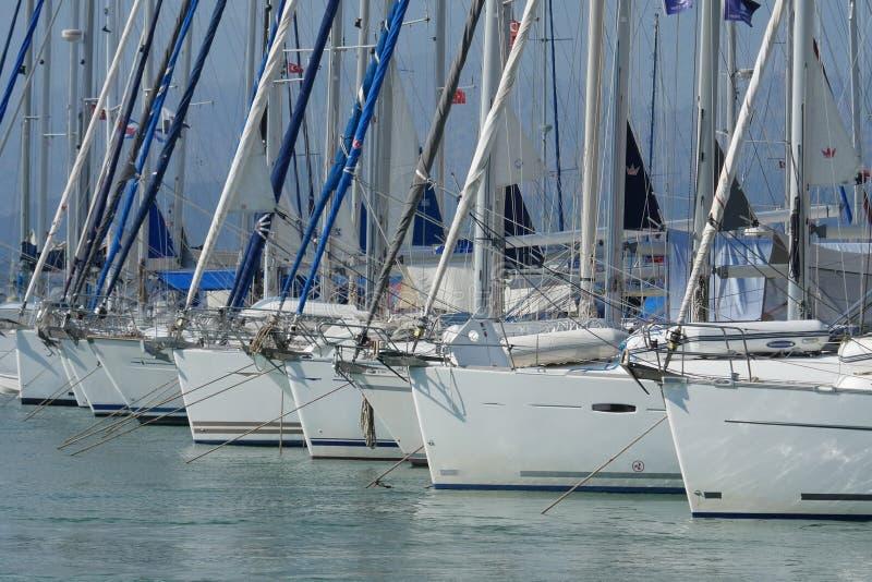 Yachts dans le parking à la fin de pilier, Marina Fethiye, Mugla, Turquie photo libre de droits