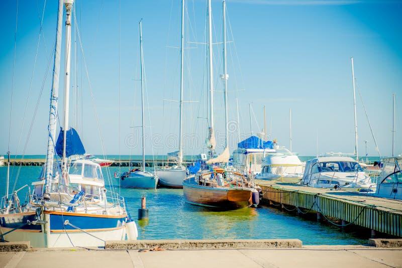 Yachts dans le port image stock