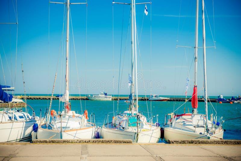 Yachts dans le port photo libre de droits