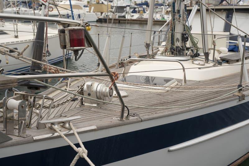 Yachts dans le port de Torrevieja Jour nuageux, septembre 2018 Costa Blanca Province d'Alicante l'espagne image stock