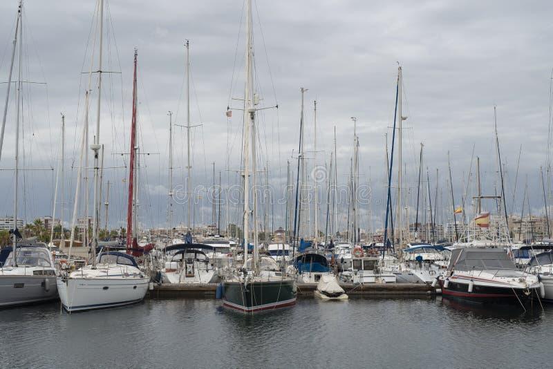 Yachts dans le port de Torrevieja Jour nuageux, septembre 2018 Costa Blanca Province d'Alicante l'espagne photos stock