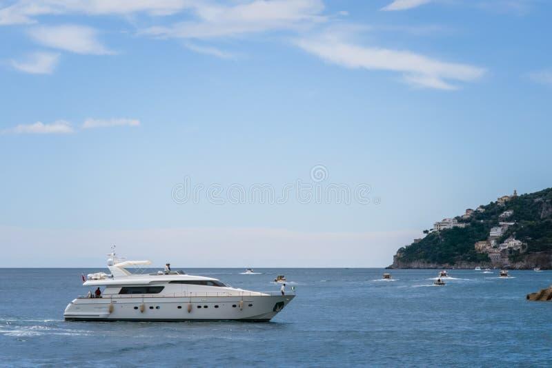 Yachts dans le port Marina Coppola, port d'Amalfi, province de Salerno, la région d'Amalfi de la Campanie, côte d'Amalfi, Costier photo libre de droits