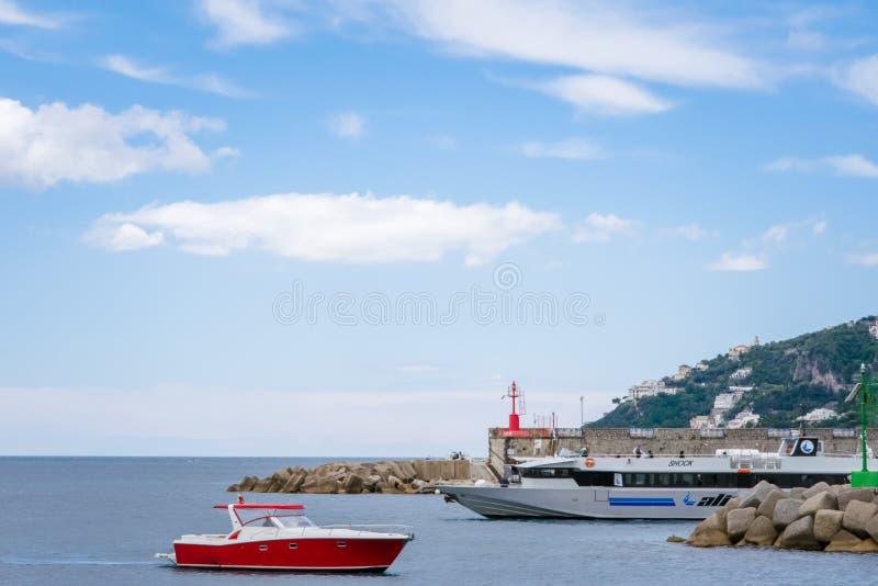 Yachts dans le port Marina Coppola, port d'Amalfi, province de Salerno, la région d'Amalfi de la Campanie, côte d'Amalfi, Costier photos libres de droits