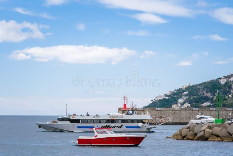 Yachts dans le port Marina Coppola, port d'Amalfi, province de Salerno, la région d'Amalfi de la Campanie, côte d'Amalfi, Costier image libre de droits