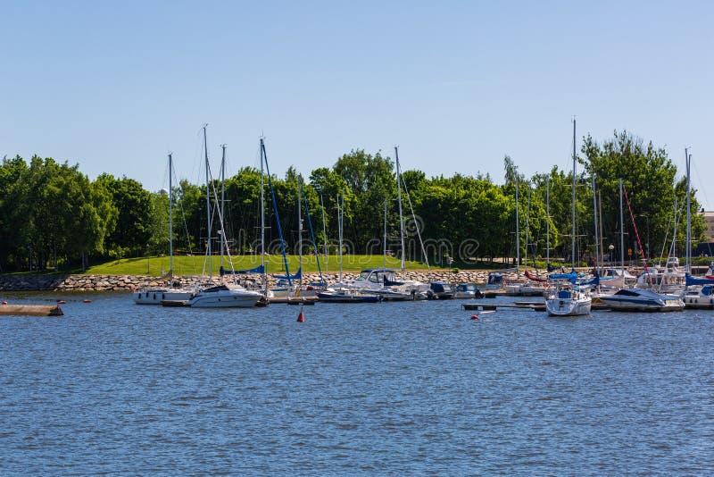 Yachts dans le port pendant le jour d'été ensoleillé photos libres de droits