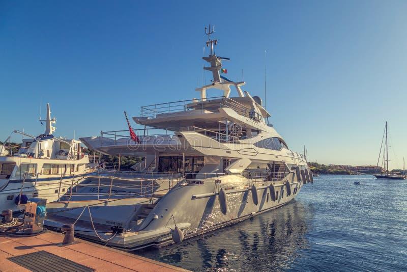 Yachts dans le port, Sardaigne, Italie, PORTO CERVO - juillet 2017 photo libre de droits