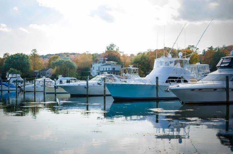 Yachts dans le port sur Autumn Day nuageux image libre de droits