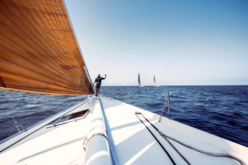Yachts de bateau de navigation avec les voiles blanches photos libres de droits