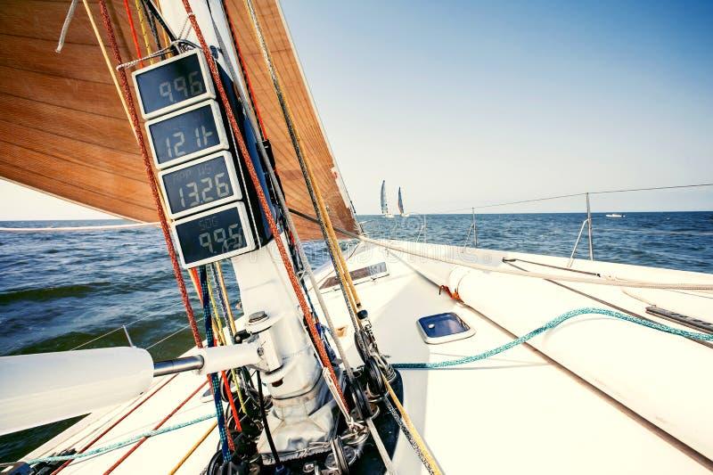 Yachts de bateau de navigation avec les voiles blanches photos stock