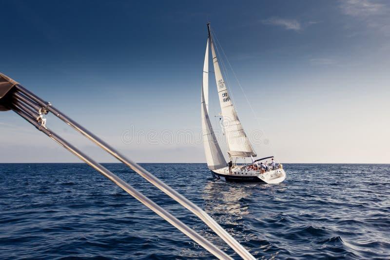 Yachts de bateau de navigation avec les voiles blanches image stock