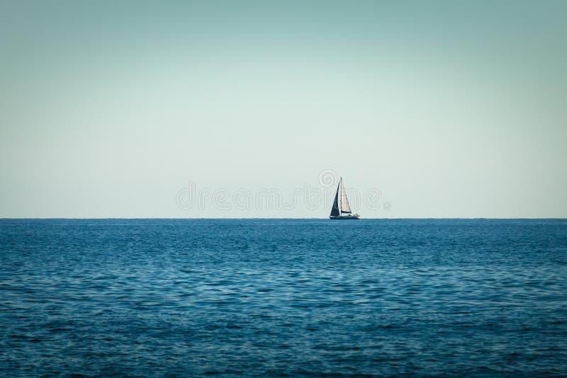 Yachts de bateau de navigation avec des voiles en mer ouverte photographie stock
