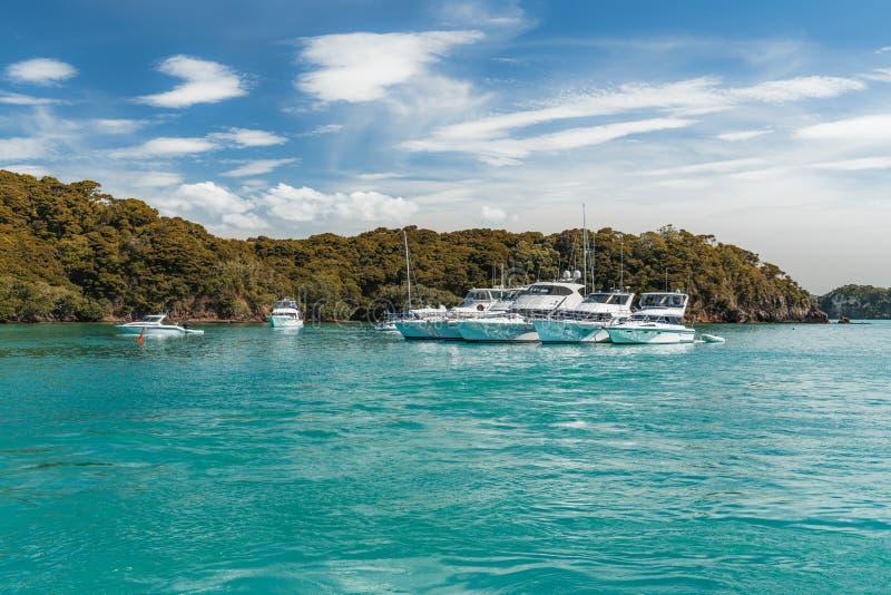 Yachts de luxe accouplés en mer photo libre de droits