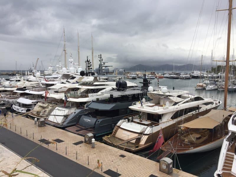 Yachts de luxe au port de Cannes photographie stock