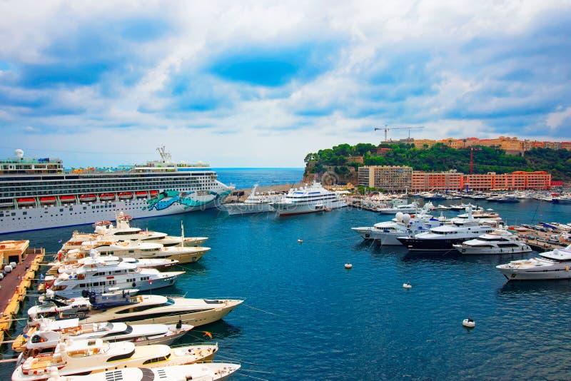 Yachts de luxe chez Hercule Port du Monaco la Côte d'Azur photos stock